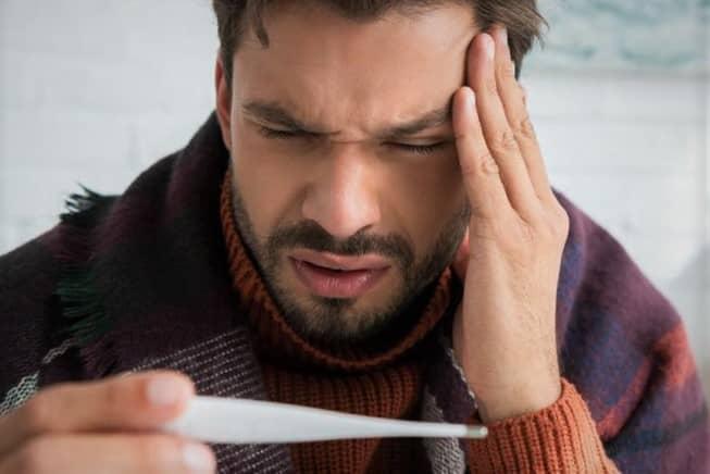 Ejemplo de Hipocondría: hombre con dolor de cabeza preocupado por tener fiebre
